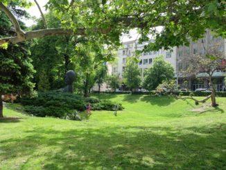 Tatlı bir parkta çocuklar ve Sofya şehir merkezi